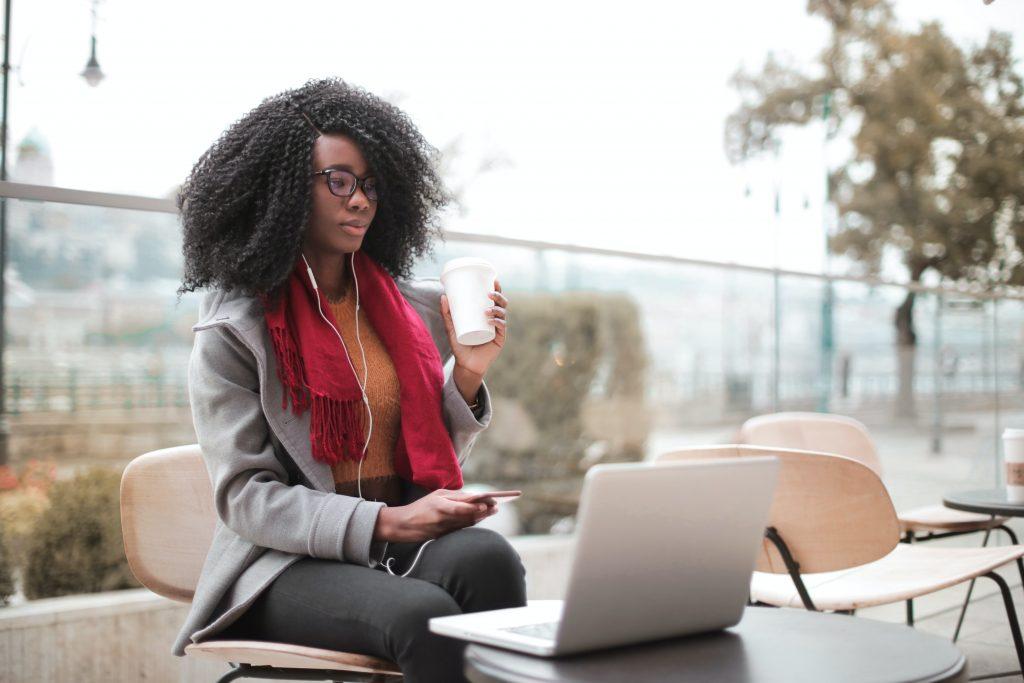ley de teletrabajo mujer trabajando